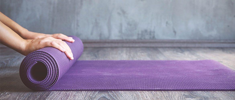 Yogamatte wird ausgerollt, MYYOGA